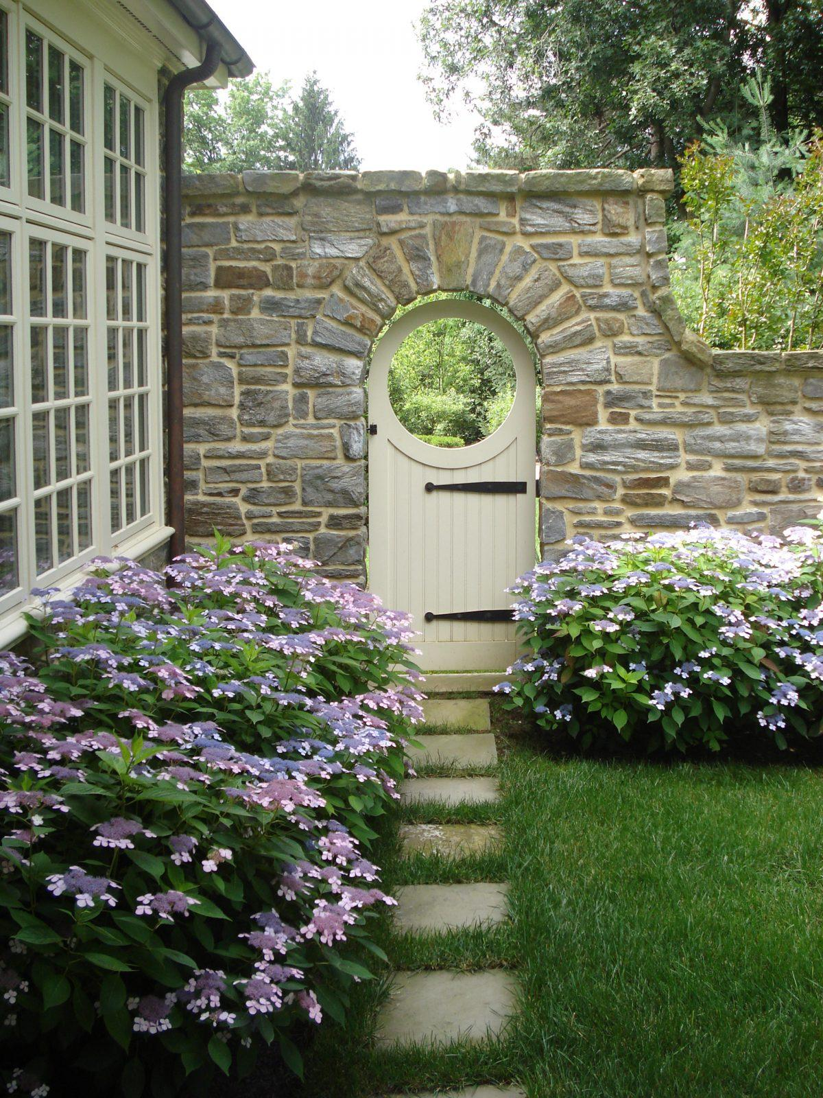 side-gate-classic-side-path-stepping-stone-path-gladwyne-pa