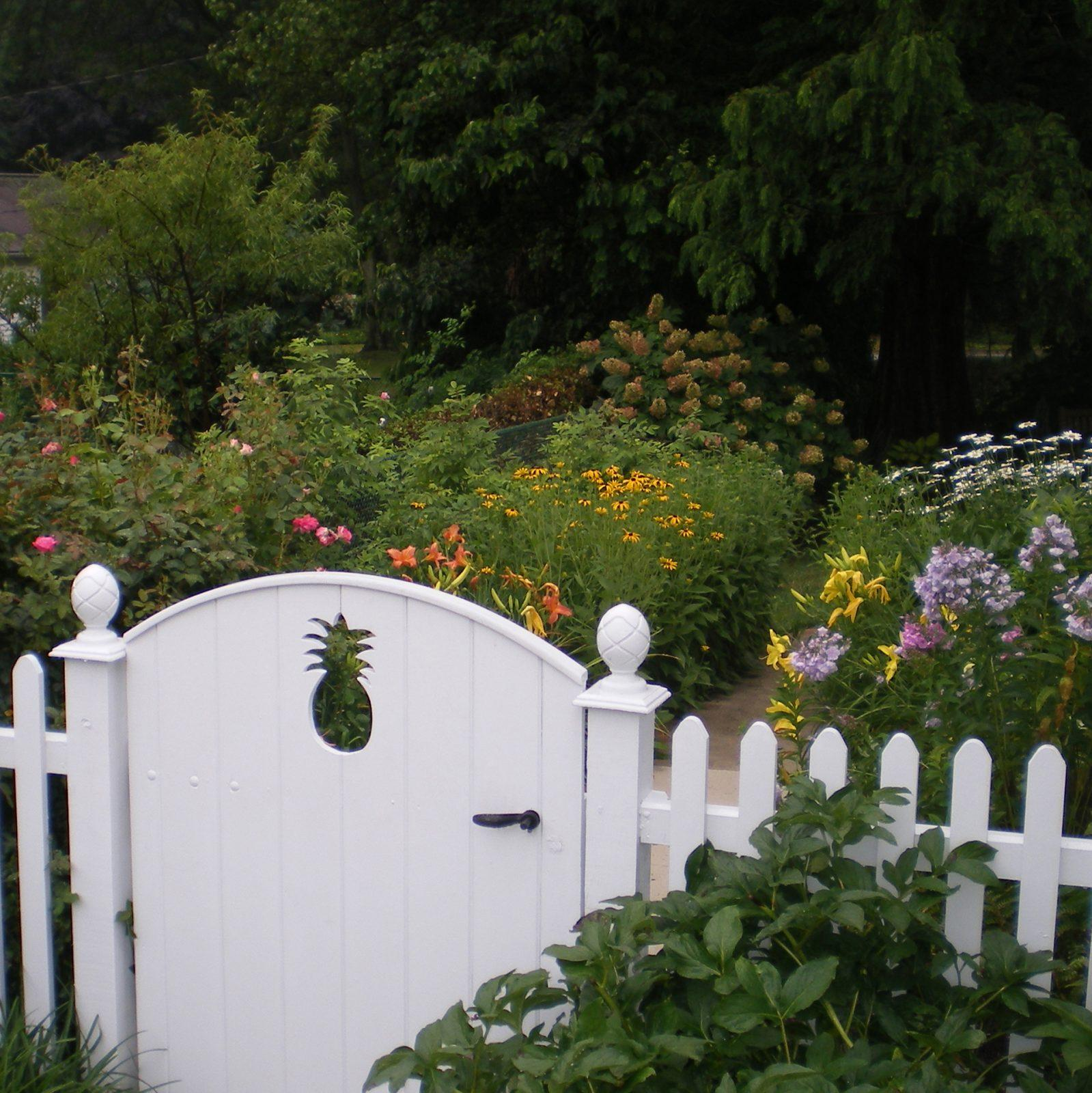 country-garden-charming-gate-detail-landscape-design-berwyn-pa